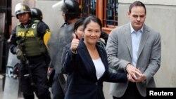 Keiko Fujimori, putri mantan presiden Alberto Fujimori dan pemimpin kelompok oposisi di peru, ditemani suaminya Mark Vito, tiba di pengadilan untuk penyelidikan dugaan tindak pidana pencucian uang, di Lima, Peru, 24 Oktober 2018. (Foto: Reuters)