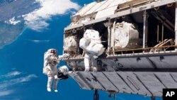 穿着太空服的欧洲宇航局宇航员在国际空间站工作。