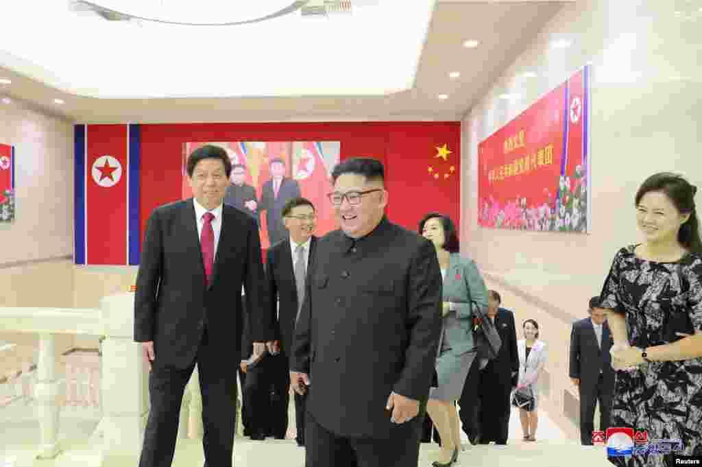 朝鲜中央通讯社2018年9月11日发布的这张未注明日期的照片中,朝鲜领导人金正恩和中国人大常委会委员长栗战书在平壤并肩而行。