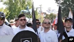 詹姆斯·菲尔兹(左二)手持黑盾参加白人至上主义者在维吉尼亚州夏洛茨维尔的集会。(2017年8月12日)