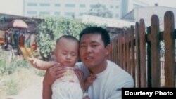 夏俊峰在杀城管案发前跟儿子的合影(博讯图片)