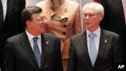 5일 라오스 비엔티안에서 제9차 아시아유럽회의, ASEM 정상회의가 개막한 가운데, 회의에 참석한 헤르만 반 롬푀이 유럽연합 정상회의 의장(오른쪽)과 호제 마누엘 바로수 집행위원장.