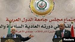 Le secrétaire général de la Ligue arabe, Nabil Elaraby, à gauche, et le ministre égyptien des Affaires étrangères, Sameh Shoukry, répondent aux questions des journalistes lors d'une conférence de presse après la clôture du sommet arabe à Sharm el-Sheikh.