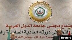 Le secrétaire général de la Ligue arabe, Nabil Elaraby, à gauche, et le ministre égyptien des Affaires étrangères, Sameh Shoukry, répondent aux questions des journalistes lors d'une conférence de presse après la clôture du sommet arabe à Sharm el-Sheikh,