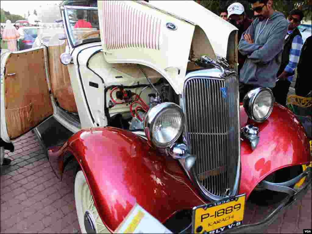 شو میں موجود کلاسیکل کار کا ایک منفرد ماڈل جس کے انجن کو ایک شہری دیکھ رہا ہے