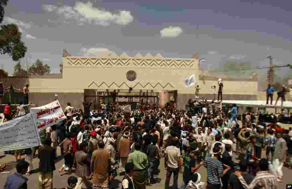 Manifestação em frente à embaixada americana no Iémen