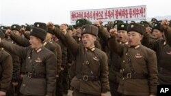 지난달 23일 북한에서 연평도 포격 2주년을 맞아 한국군에 대한 응징을 다짐하는 북한 군인들. (자료사진)