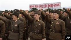 연평도 포격 2주년을 맞은 지난해 11월 북한 군인들이 한국군에 대한 응징을 외치고 있다. (자료사진)