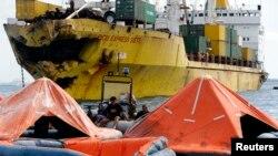 2013年8月17日菲律宾海军救援人员搜救幸存者,打捞尸体。