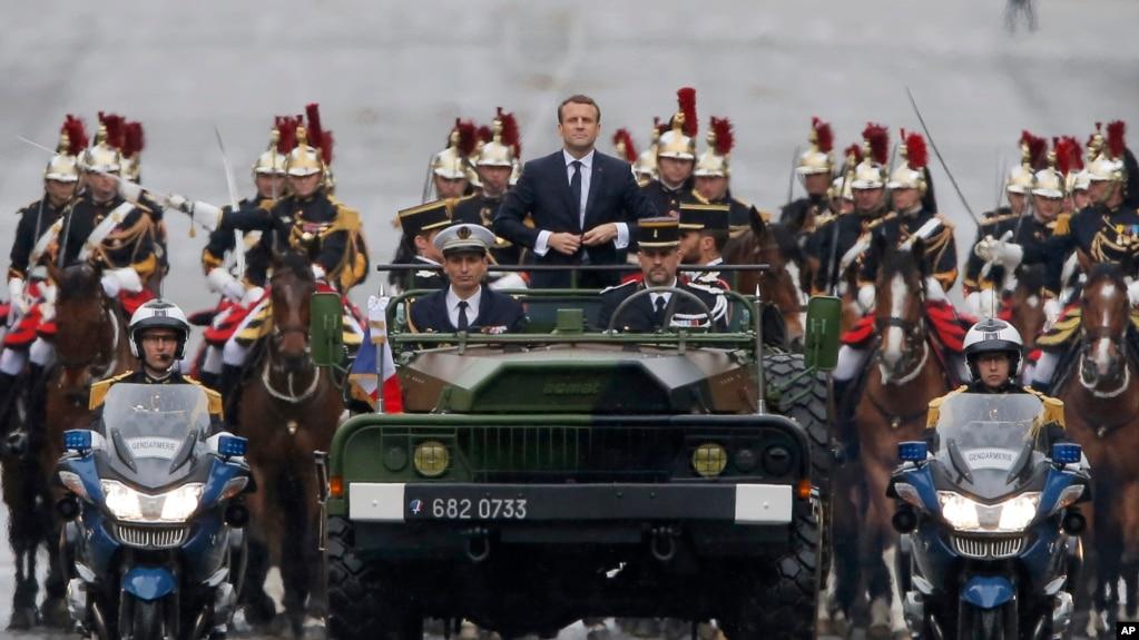 Lễ duyệt binh ngày nhậm chức của tân tổng thống Emmanuel Macron, trên đại lộ Champs Elysees. (AP Photo/Michel Euler)
