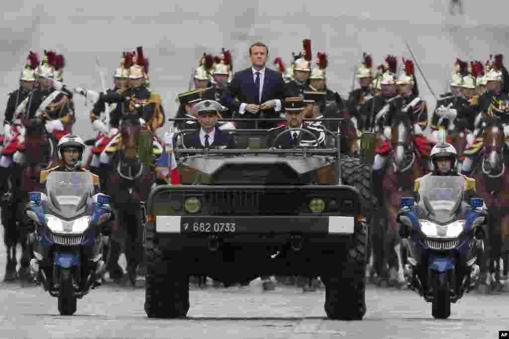 Shugaba Emmanuel Macron, A Cikin Budaddiyar Motar Soja