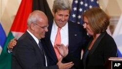 Amerika davlat kotibi Jon Kerri, Isroil adliya vaziri Tsipi Livni va Falastin bosh muzokarachisi Soyib Erekat.