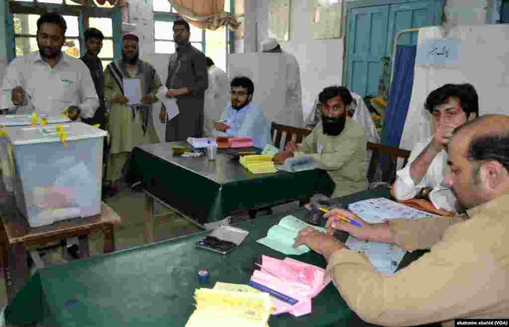پاکستان کے شمال مغربی صوبہ خیبر پختونخواہ میں بلدیاتی انتخابات کے لیے ہفتہ کو ووٹ ڈالے گئے۔