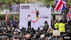 香港民眾集會促政改 集會中途被中斷 警方釋放催淚彈 。