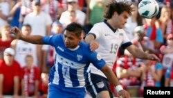 Emilio Izaguirre, de Honduras, y Graham Zusi de EE.UU. disputan un balón en el partido que se llevaron los estadounidenses por la mínima.