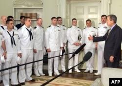 2001年5月18日美国总统乔治·W·布什与美国海军EP-3飞机的机组人员会面,他们的飞机在4月1日与中国战斗机相撞后被扣留在中国。