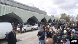 Người đang chờ để được sơ tán từ Libya tập trung bên ngoài sân bay Tripoli