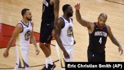 Košarkaš Hjustona Pi Džej Taker gestikulira u završnici pete utakmice finala Zapadne konferencije, pored Stefa Karija i Drejmonda Grina (Foto: AP/Eric Christian Smith)