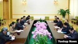 박의춘 북한 외무상(오른쪽 가운데)이 지난 19일 평양 만수대의사당에서 북한을 방문 중인 류전민 부부장 등 중국 외교부 대표단을 만나 담화했다.