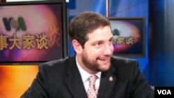 Anggota Kongres Amerika Tim Ryan tampil dalam sebuah talk show VOA dalam bahasa Mandarin.