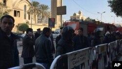 Petugas keamanan mengamankan daerah di luar Katedral St. Mark di Kairo, setelah bom meledak, 11 Desember 2016.
