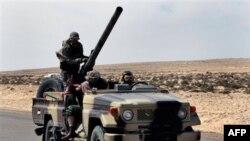 Binh sĩ phe chống đối lãnh tụ Libya Moammar Gadhafi trên đường băng qua sa mạc giữa Agela và Ras Lanuf, miền đông Libya, ngày 12 tháng 3, 2011
