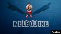 Stanislas Wawrinka dari Swiss berpose dengan piala setelah mengalahkan Rafael Nadal dari Spain di pertandingan final Australia Terbuka 2014 di Melbourne.