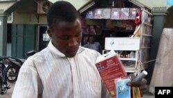 Un vendeur vend des sacs de poison à rats à Kano, la plus grande ville du nord du Nigeria, le 18 janvier 2016.