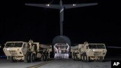 عکسی از نیروهای آمریکایی که کامیون های حامل موشک های تاد را جا داده اند.