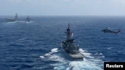 미 해군 로널드 레이건 핵 추진 항공모함과 항모강습단이 9일 한반도 남서쪽 오키나와 인근 해상에서 이동하고 있다. 레이건함은 16일부터 한반도 주변 해상에서 한국 해군과 연합훈련을 벌이고 있다.