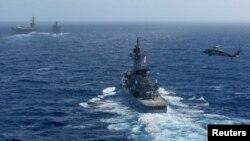 미 해군 로널드 레이건 핵 추진 항공모함과 항모강습단이 지난 10월 한반도 남서쪽 오키나와 인근 해상에서 이동하고 있다.