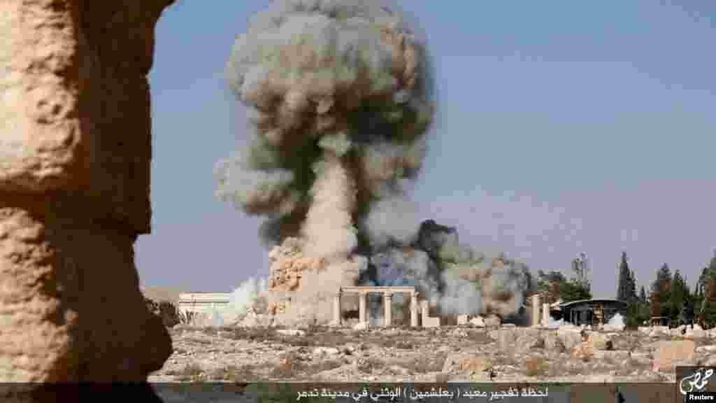 """تصویری که گروه موسوم به """"دولت اسلامی"""" یا داعش روز سه شنبه ۳ شهریور ماه در شبکه های اجتماعی منتشر کرد، که در آن تخریب یک معبد باستانی در شهر تاریخی پالمیرا در سوریه نشان داده شده است."""