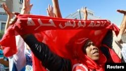 Seorang pengunjuk rasa anti pemerintah melakukan protes menuntut dibubarkannya pemerintahan Islam di Sfax, 170 mil (270 km) di tenggara Tunis, Tunisia (26/9/2013)