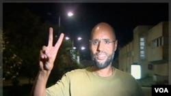 Foto Saif al-Islam Gaddafi di Tripoli, 23 Agustus yang lalu. Putra tertua mendiang Gaddafi ini diyakini sedang melarikan diri ke Niger (foto:dok).