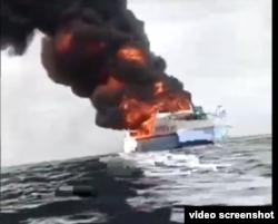 Kapal Motor (KM) Bukit Sumber Poleang terbakar saat sedang berlayar menuju pelabuhan Kassipute, Kabupaten Bombana, Sulawesi Tenggara, 16 Agustus 2021. (Foto: videograb/HumasSARKendari)