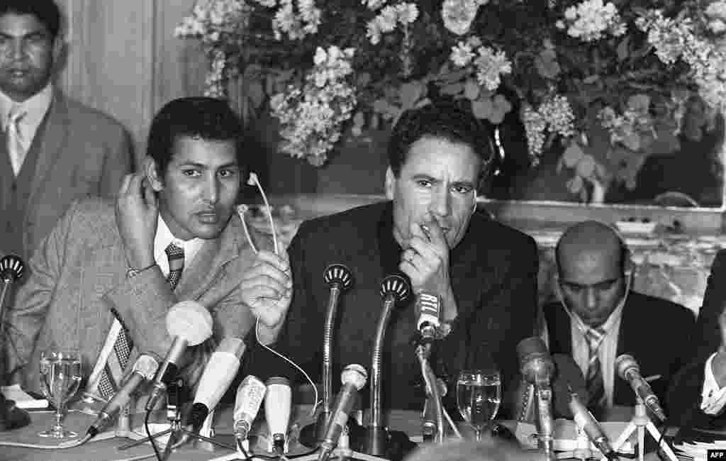 Libyan leader Moammar Gadhafi(C) speaks at a press conference 25 November 1973 in Paris, (AFP).
