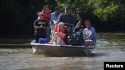 Warga yang dievakuasi dari rumahnya di Houston, Texas, Rabu (30/8).