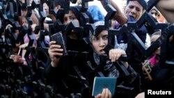 Warga Jalur Gaza, Palestina dengan membawa paspor mereka, antri di perbatasan Rafah, untuk berusaha masuk ke wilayah Mesir (foto: dok).