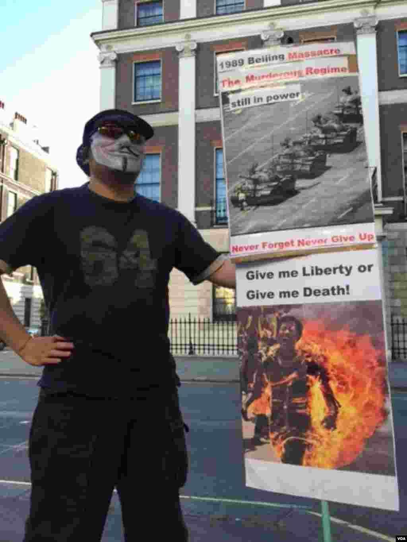 英国纪念六四26周年活动4日晚间在伦敦中国使馆前举行 (美国之音江静玲摄影)