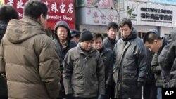 신원미상의 중국인들에 둘러쌓인채 쓰러져 있는 외국 언론인