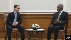 Russian President Dmitry Medvedev (L) talks with U.N.-Arab League envoy Kofi Annan during their meeting in Moscow, March 25, 2012.
