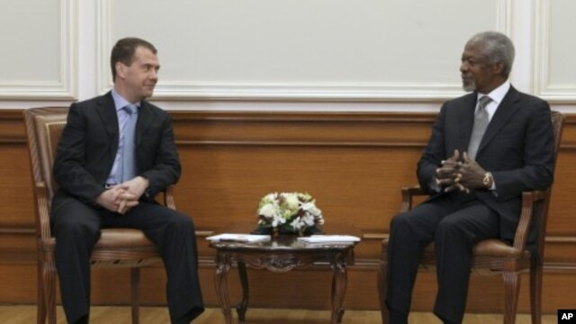 Russian President Dmitry Medvedev (L) talks with U.N.-Arab League envoy Kofi Annan during their meeting in Moscow, March 25, 2012.