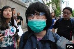 其中一位到佔中剃頭行動會場示威的林小姐表示,不滿佔中一年多仍未實行具體的佔領抗爭行動。(美國之音湯惠芸攝)