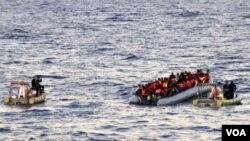 نیروی دریایی ایتالیا به قایق لاستیکی پناه جویان نزدیک می شود. در ۶۵ کیلومتری طرابلس، پایتخت لیبی.