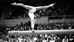 Ольга Корбут выступает на Олимпиаде в Монреале. 21 июля 1976 г.