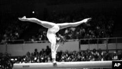 La gymnaste soviétique Olga Korbut, lors d'une performance le 21 juillet 1976.