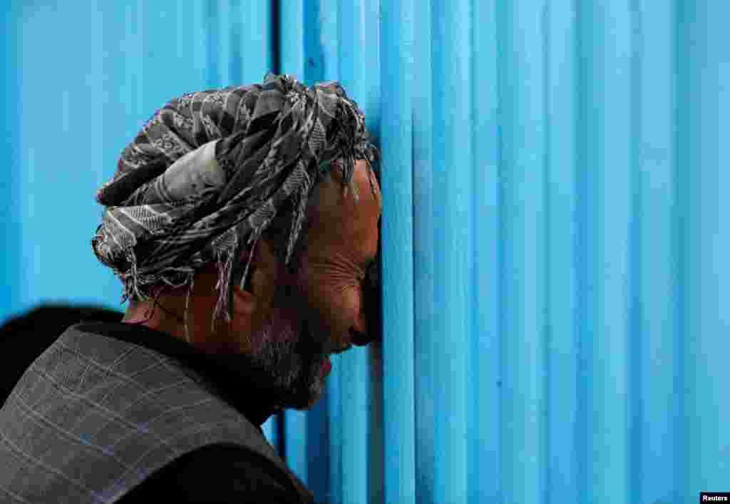 Afganistan Kabil'de 12 Ekim'deki saldırı sonrası ölen yakınları için yas tutan adam
