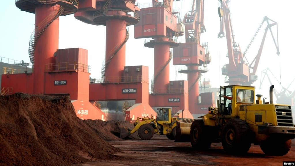 资料照:江苏省连云港正在装载出口的稀土。(2010年10月31日)(photo:VOA)