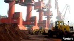 资料照:江苏省连云港正在装载出口的稀土。(2010年10月31日)