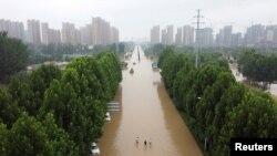 Una vista aérea muestra una avenida inundada tras las fuertes lluvias en Zhengzhou, provincia de Henan, China, el 23 de julio de 2021.